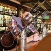 NDIHMES BANAKIER Glow Bar & Lounge tek Vasil Shanto