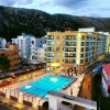 recepsionist-e-hotel-wilson-resort-ambassador-ne-shengjin-kerkon-te-punesoje